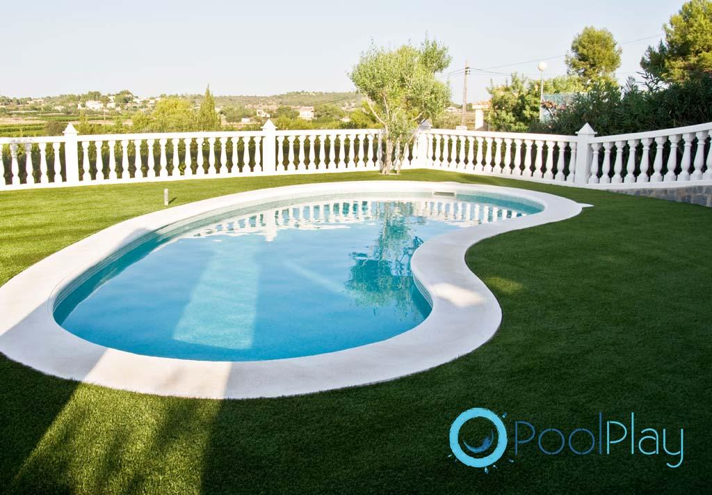 Instalaci n de c sped artificial en piscinas y jardines for Cesped artificial para jardin
