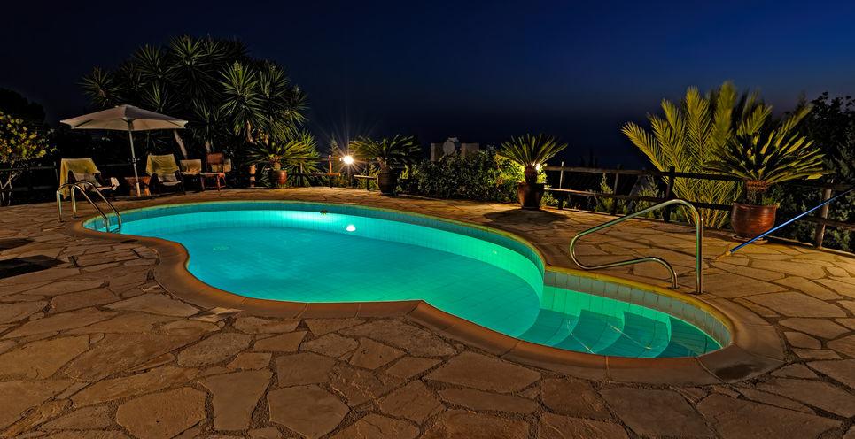 La iluminación LED en piscinas: una revolución de color