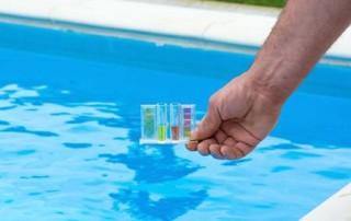 43772074-probador-de-la-piscina-en-una-mano-contra-el-fondo-de-la-piscina-