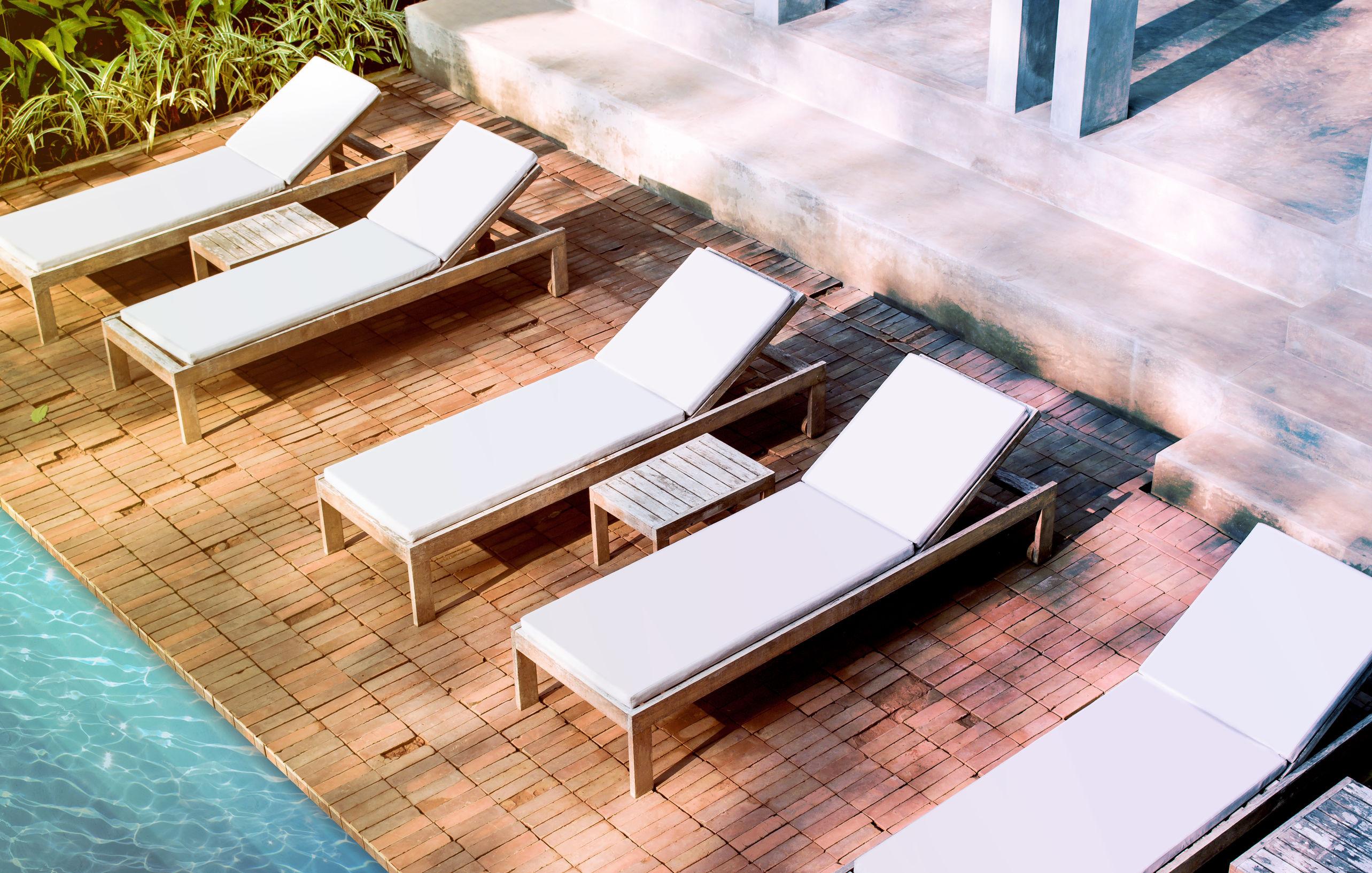 ¿Un solarium en tu piscina? Te dejamos todas las claves