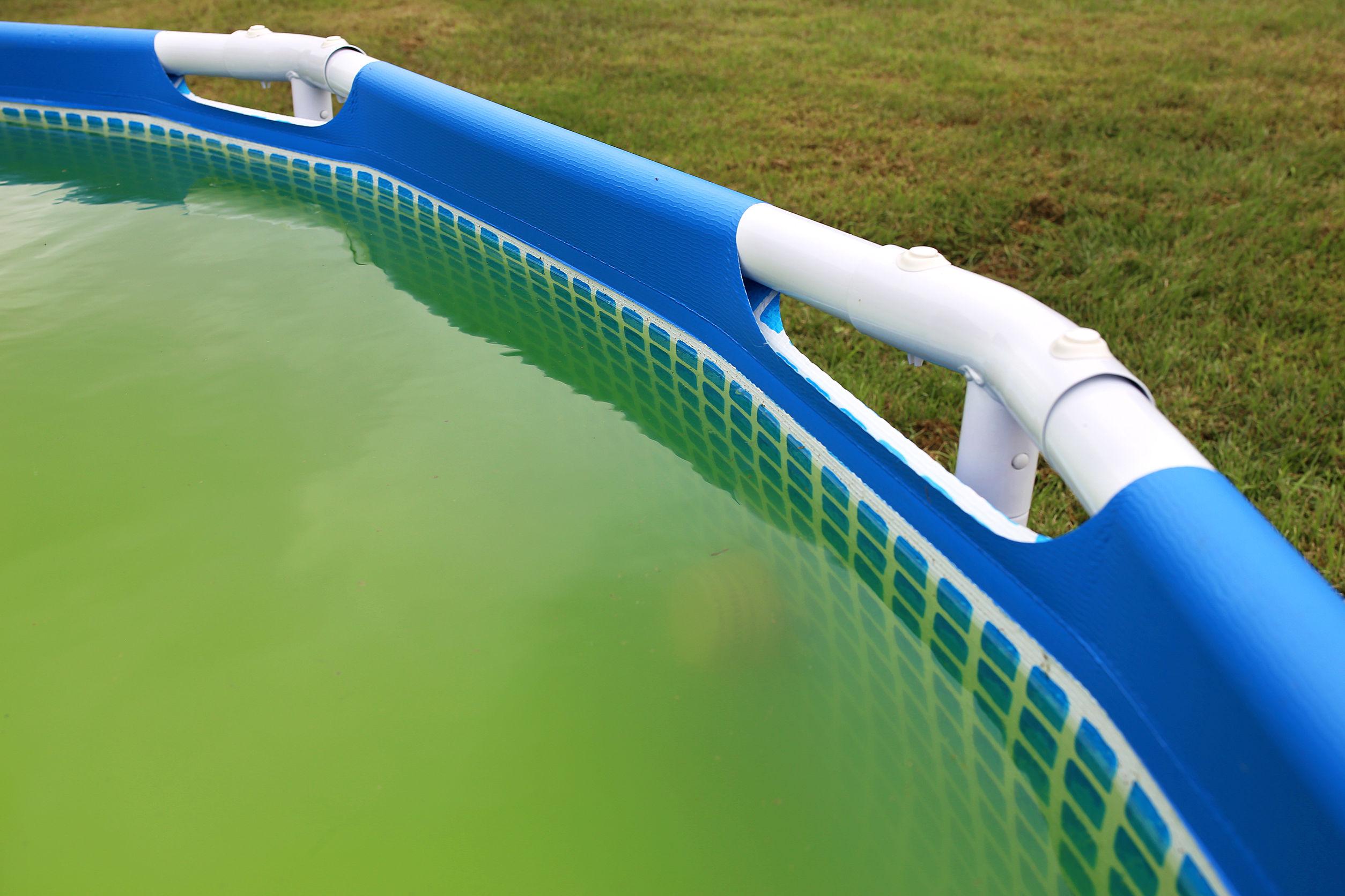 Las 5 causas que enturbian el agua de tu piscina