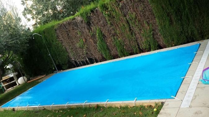 Descubre las ventajas de tapar tu piscina en invierno. Aprovéchate de nuestra promoción de cobertor para piscina.